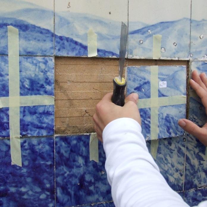 Levantamento dos azulejos do suporte parietal