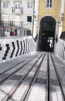 """Catarina Almada Negreiros e Rita Almada Negreiros, Lisboa, Bica, dois muros anexos e contíguos ao edifício do Ascensor da Bica,""""Vai Vem"""", 2013 [© Inês Leitão]"""